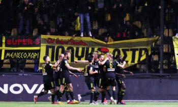 Οι «κίτρινοι» πανηγυρίζουν καθώς ο Άρης κάνει το 1-0 επί του Παναθηναϊκού στο 10' με τον Καμαρά
