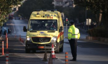 Σοκ προκάλεσε η είδηση της πτώσης μιας 32χρονης γυναίκας από τον 6ο όροφο πολυκατοικίας στο Παγκράτι, η οποία δυστυχώς βρήκε ακαριαίο θάνατο.