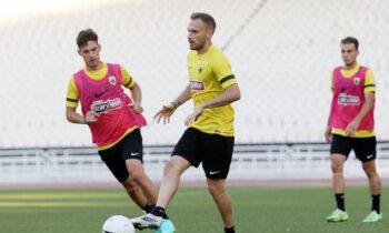 Ευχάριστα νέα για την ΑΕΚ, καθώς οι Αντρέ Σιμόες και Μιχάλης Μπακάκης εντάχθηκαν στο κανονικό πρόγραμμα στην προπόνηση της Τετάρτης (1/9).