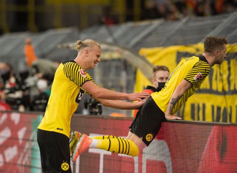 Οι παίκτες της Ντόρτμουντ πανηγυρίζουν τη νίκη επί της Ουνιόν με 4-2