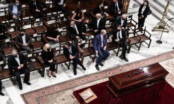 Στο ύστατο χαίρε για τον Μίκη Θεοδωράκη στη Μητρόπολη Αθηνών, κάποιοι πολιτικοί αρχηγοί διάλεξαν το... σταυροπόδι για να «τιμήσουν» τον νεκρό.