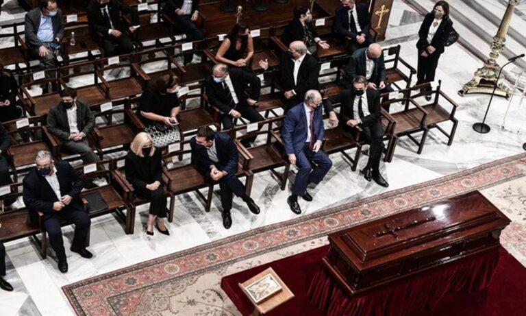 Στον οίκο του Θεού και ενώπιον νεκρού, κάποιοι προτίμησαν να κάτσουν… σταυροπόδι