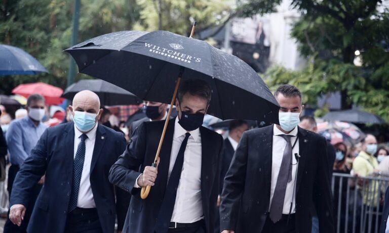 Κυριάκος Μητσοτάκης: Σάλος με την ομπρέλα του στην κηδεία του Μίκη Θεοδωράκη