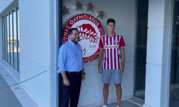 Ο Ισίδωρος Κουτσίδης μαζί με τον Βασίλη Νάνο έξω από τα γραφεία της ΠΑΕ Ολυμπιακός