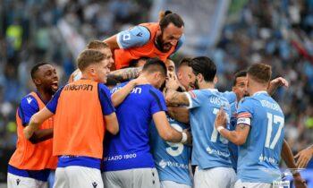 Οι παίκτες της Λάτσιο πανηγυρίζουν τη νίκη επί της Ρόμα με 3-2