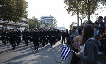 Επιβαρυμένη εμφανίζεται η επιδημιολογική εικόνα στη Θεσσαλονίκη, με αποτέλεσμα οι παρελάσεις να είναι στον... αέρα.