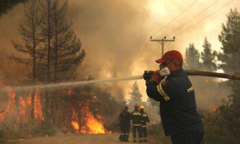 3 Αυγούστου 2021: Οι πυρκαγιές σε Βαρυμπόμπη, Βόρεια Εύβοια αλλά και στην Αρχαία Ολυμπία συνεχίζουν το καταστροφικό τους έργο.