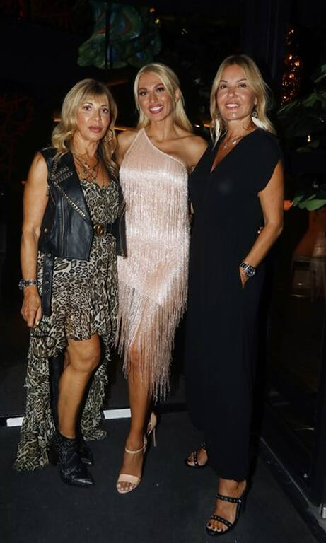 Η Κωνσταντίνα Σπυροπούλου γιόρτασε τα 34α γενέθλιά της. Αριστερά της η Χριστίνα Παππά