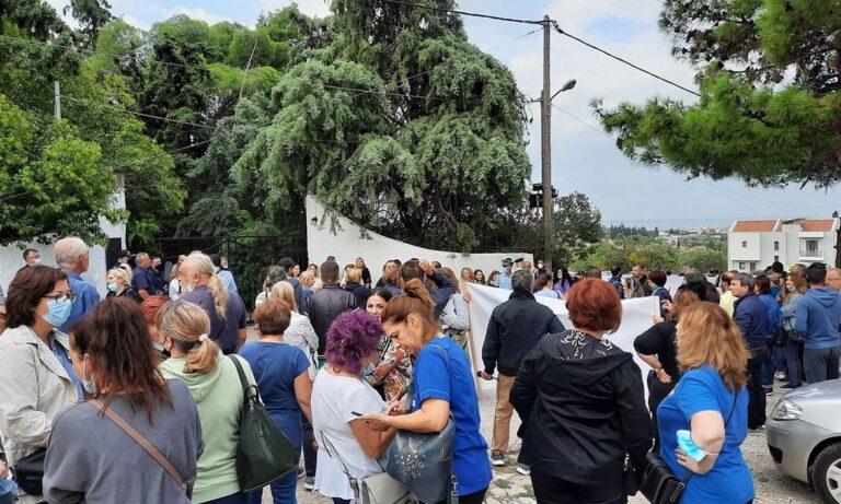 Θάνος Πλεύρης: Άγριες αποδοκιμασίες κατά την άφιξή του στη Θεσσαλονίκη από υγειονομικούς