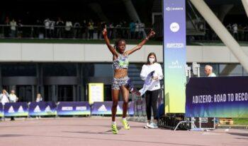 Η Κενυάτισσα Άγκνες Τίροπ έσπασε το παγκόσμιο ρεκόρ στα 10χλμ. τερματίζοντας σε 30.01 στον αγώνα που έγινε την Κυριακή στην Χερτσογκενάουραχ.