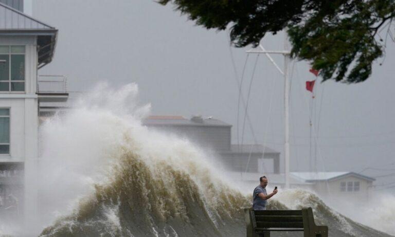 ΗΠΑ: «Σαρώνει» ο τυφώνας Άιντα – Πολλοί νεκροί και χιλιάδες νοικοκυριά χωρίς ρεύμα