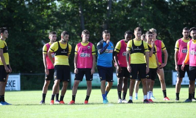 Ο Μιλόγεβιτς κάνει το τραπέζι στους παίκτες της ΑΕΚ