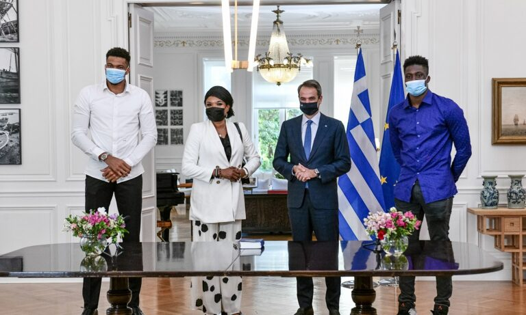 Με σουβλάκια γιόρτασε την Ελληνική ιθαγένεια η οικογένεια Αντετοκούνμπο