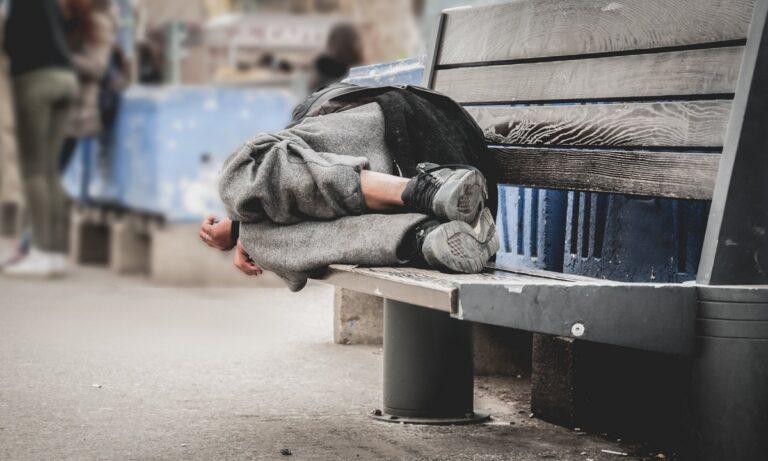 ΕΛΣΤΑΤ: Στοιχεία σοκ για τον κίνδυνο φτώχειας στην Ελλάδα παρά τις απόψεις Άδωνι περί ανάπτυξης