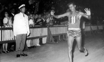 Σαν σήμερα το 1960, ο ξυπόλυτος Αμπέμπε Μπικίλα γίνεται ο πρώτος αθλητής από την υποσαχάρια Αφρική που κερδίζει χρυσό ολυμπιακό μετάλλιο.