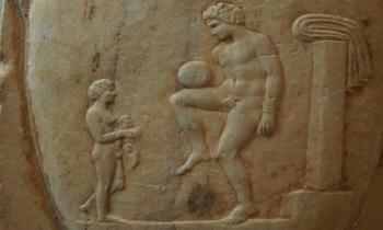 Την ενασχόληση των αρχαίων προγόνων μας με το ποδόσφαιρο αποδεικνύουν αρκετά αρχαιολογικά ευρήματα που εντοπίστηκαν στην περιοχή Πηγαδούλια της Λαμίας το 1903.