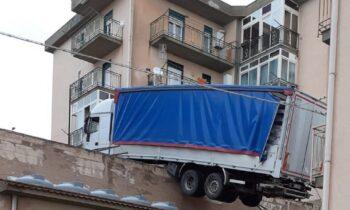 Καβάλα: Video σοκ με φορτηγό που πέφτει σε στέγη σπιτιού