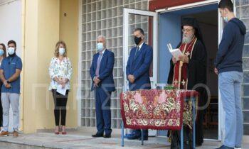 Ο πατήρ Σεβαστιανός Τοπάλης, έβαλε τα πράγματα στη θέση τους, για την ασέβεια που έδειξε η Λυκειάρχης προς τον Σταυρό άλλα και την ιεροτελεστία του Αγιασμού.