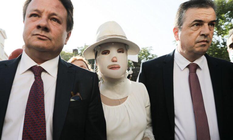 Ιωάννα Παλιοσπύρου: Πώς τη βοηθάει η μάσκα που φορούσε σήμερα στο δικαστήριο
