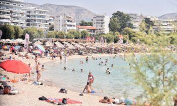 Ο καιρός είναι πολύ ζεστός και ο κόσμος γέμισε τις παραλίες