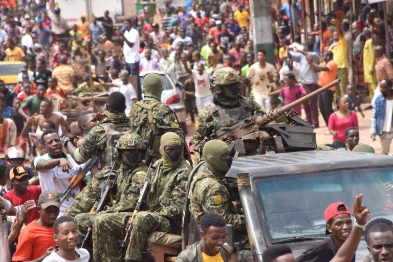 Πραξικόπημα στη Γουινέα: Ιστορία γεμάτη αίμα, οικονομικά σκάνδαλα και εκλογική νοθεία (Pics+Vid)