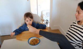 Mαμά χωρίς χέρια περιποιείται το παιδί της με τα πόδια
