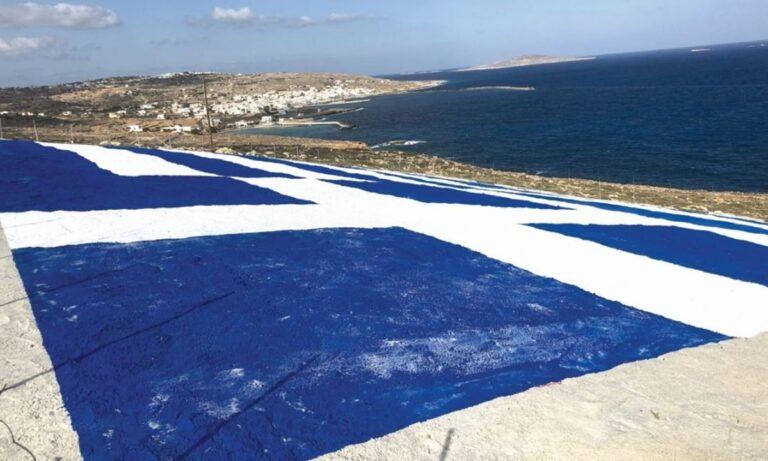 Γιγαντιαία γαλανόλευκη σημαία ζωγραφίστηκε στη Κάσο – Ηχηρό «μήνυμα» προς τους Τούρκους!
