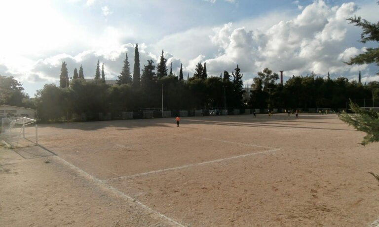 Παπάγος: Δύο μέτρα και δύο σταθμά από τον δήμαρχο Ηλία Αποστολόπουλο – Προπόνηση σε χωμάτινο γήπεδο