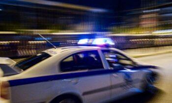 Ένοπλη συμπλοκή με πυροβολισμούς έγινε τα ξημερώματα έξω από μπαρ στην οδό Αγίας Παρασκευής στο Περιστέρι. Ρομά οι δράστες του επεισοδίου.