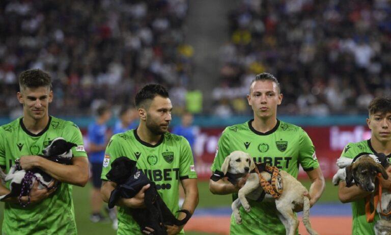 Ρουμανία: Ποδοσφαιριστές βγήκαν στο γήπεδο με αδέσποτους σκύλους στην αγκαλιά (pic)