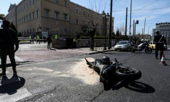 Τροχαίο στη Βουλή: Ποινική δίωξη για το πλημμέλημα της ανθρωποκτονίας εξ αμελείας ασκήθηκε σε βάρος του αστυνομικού που οδηγούσε το όχημα.