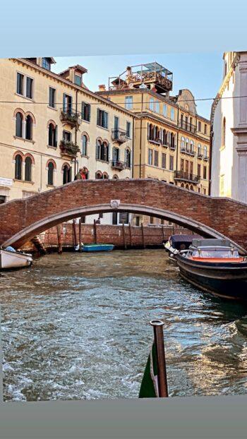 Βίκυ Καγία - Ηλίας Κρασσάς: Αποθεώθηκαν από τα φλας στο κόκκινο χαλί του Φεστιβάλ της Βενετίας
