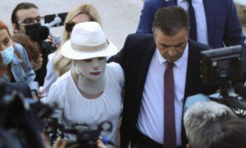 Η άτυχη Ιωάννα Παλιοσπύρου, θύμα της επίθεσης με το βιτριόλι, κατά την εκδίκαση της υπόθεσης στις 15/9