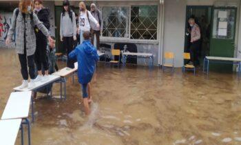 Ο Νίκος Ρωμανός, αντί να ζητήσει συγγνώμη για το φιάσκο του κρατικού μηχανισμού, άρχισε να μετράει τους... πόντους που έφτανε το νερό στο πλημμυρισμένο σχολείο!