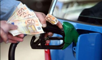Κάθε φορά που περνάς από ένα πρατήριο, περιμένεις την έκπληξη στην τιμή που θα έχει η βενζίνη που κάθε μέρα ανεβαίνει.