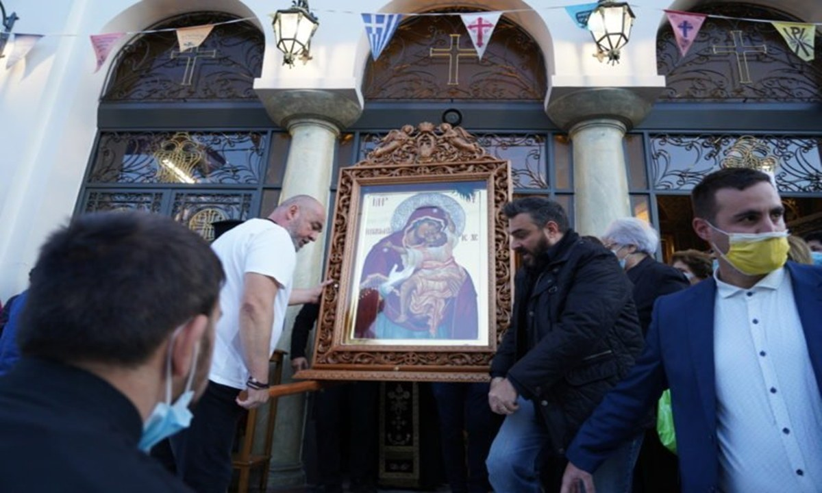 Πλήθος από πιστούς που παρευρέθηκαν στη λιτανεία του Αγίου Δημητρίου στον Βύρωνα, έγιναν μάρτυρες του συγκλονιστικού θαύματος της Παναγίας της Παρηγορήτριας που δακρυρροεί ακατάπαυστα εδώ και έναν χρόνο!