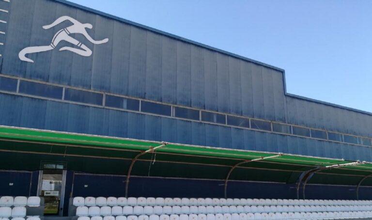 Οι Έλληνες αθλητές και οι προπονητές τους αναγκάζονται να διασχίσουν πάνω από 800 μέτρα για να μπορέσουν να μπουν στο κλειστό για προπόνηση.