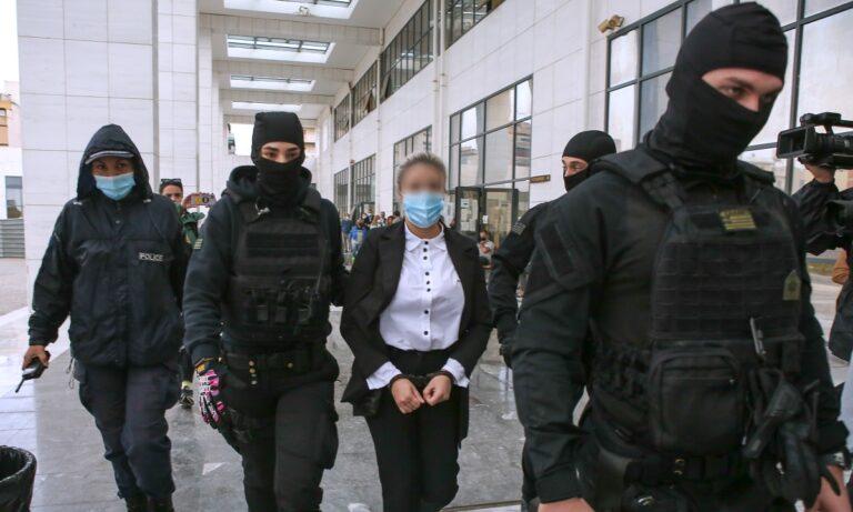 Επίθεση με βιτριόλι: Ένταση στο δικαστήριο με την Ιωάννα και την κατηγορούμενη – Ανέκφραστη και ψυχρή η Έφη Κακαράντζουλα