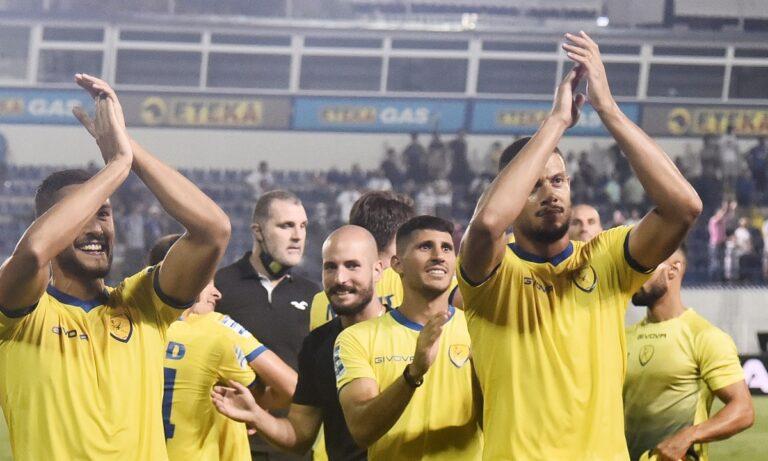 Ο Παναιτωλικός έχει νικήσει στο Περιστέρι και οι παίκτες του πανηγυρίζουν