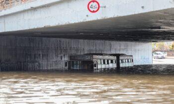 Λεοφωρείο του ΟΑΣΑ εγκλωβισμένο σε γέφυρα της Ποσειδώνος που πλημμύρισε από την κακοκαιρία «Μπάλλος»