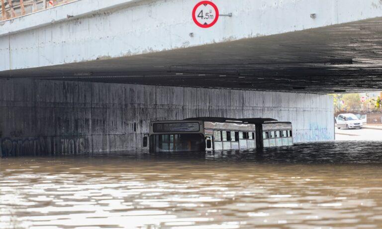 Κακοκαιρία «Μπάλλος»: Η πλημμυρισμένη Ποσειδώνος έφερε την παρέμβαση της Εισαγγελίας