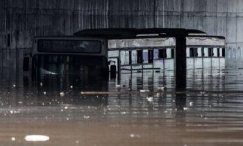 Κακοκαιρία Μπάλλος: Το λεωφορείο που είχε βυθιστεί στην παλιά λεωφόρο Ποσειδώνος, μετά από πολλές ώρες, τελικά απομακρύνθηκε.