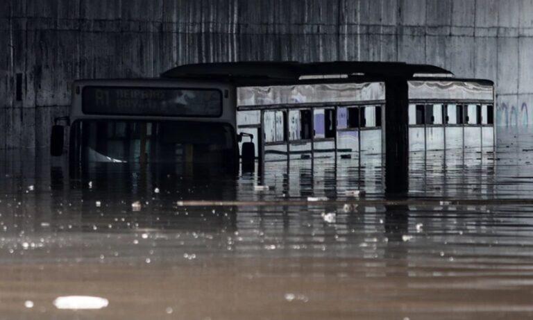 Κακοκαιρία Μπάλλος: Απομακρύνθηκε το «βυθισμένο» λεωφορείο από την Ποσειδώνος