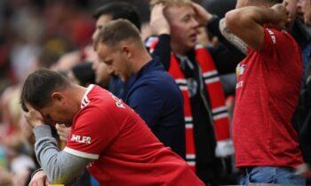 Οπαδός της Λίβερπουλ που καθόταν στην κερκίδα των οπαδών της Γιουνάιτεντ δέχθηκε την επίθεσή τους κατά τη διάρκεια του εμφατικού 5-0.