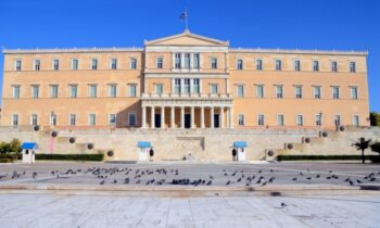 Το κτήριο που είναι η Βουλή των Ελλήνων αντιμετωπίζει προβλήματα στατικότητας, τα οποία έγινα χειρότερα μετά την κακοκαιρία Μπάλλος.