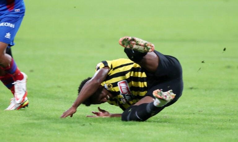 Αγωνία στην ΑΕΚ με Λιβάι Γκαρσία: Χτύπησε στον αυχένα και πάει στο νοσοκομείο!