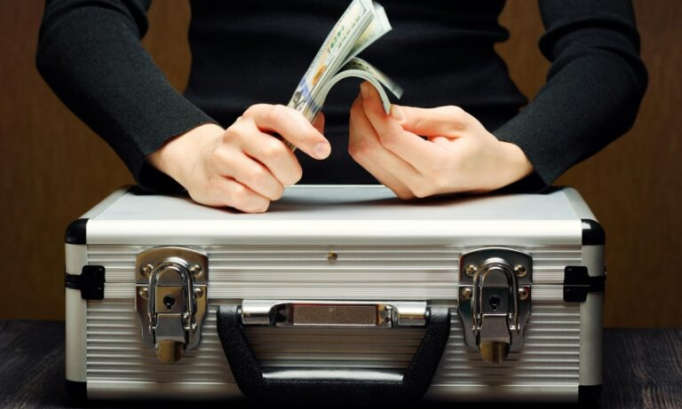 Pandora Papers: Σε λίστα φορολογικών παραδείσων η «ελίτ» – Στη «μαύρη λίστα» ο απλός λαός!