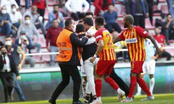 Είναι Κυριακή μεσημέρι. Φουλ δράση σε όλα τα πρωταθλήματα. Στην Τουρκία πάντως το κυρίαρχο θέμα αν ρίξει κανείς μια ματιά είναι ο Βαγγέλης Μαρινάκης και -εμμέσως- ο Τάσος Μπακασέτας.