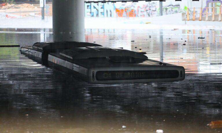 Κακοκαιρία Μπάλλος: Οι χρήστες του Twitter δίνουν ρεσιτάλ με τη βροχή και της πλημμύρες