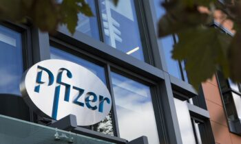 Pfizer, Moderna, AstraZeneca, Johnson & Johnson. Ψάχνοντας κανείς κάποιες παραπάνω πληροφορίες, μπορεί να βρει... λαβράκια.